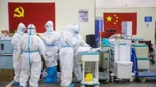 Wasu jami'an lafiyar China a birnin Wuhan dake lardin Hubei, makyankyasar annobar murar mashako ta Coronavirus ko COVID-19.