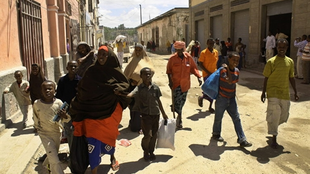 Somali people fleeing following fighting between government troops and the Shebab  Mogadishu