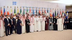 Sur la photo de famille de l'OPEP, le ministre de l'Energie saoudien Khaled al-Faleh et Mohammed Barkindo, le secétaire général de l'organisation notamment, à Jeddah le 19 mai 2019.