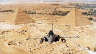 Un avión Rafale, sobrevolando las pirámides de Egipto.