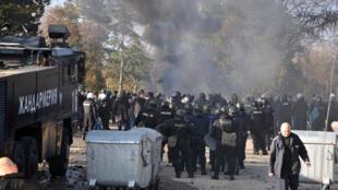 En Bulgarie, les demandeurs d'asile sont largement perçus comme des menaces à la sécurité nationale du pays. Ici, la police anti-émeute bulgare, dans un centre de réfugiés lors d'affrontements dans la ville de Harmanli, le 24 novembre 2016.