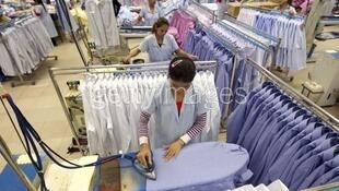 Nhân viên ngành dệt may Cam Bốt tại một nhà máy ở Phnom Penh. Ảnh minh họa.