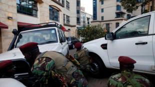 Des forces de sécurité encerclent le complexe visé par une attaque des shebabs, à Nairobi, Kenya, le 15 janvier 2019.