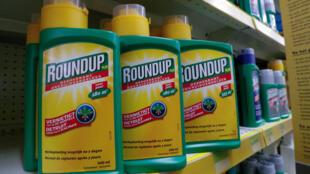 Venta del herbicida Roundup de Monsanto (glifosato), en una tienda de jardinería cerca de Bruselas. Bélgica, 27 de noviembre de 2107.
