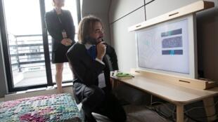 El diputado y matemático francés Cédric Villani prueba un dispositivo durante la inauguración de la oficina de investigación y desarrollo de Google en París, el 18 de septiembre de 2018.