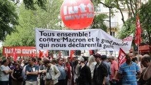 Manifestantes em Paris hoje, 26 de maio, contra reformas do Presidente Emmanuel Macron.