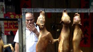 Um stand de carne de cachorro na abertura do Festival de Yulin, em 2016.