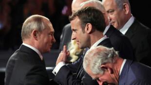 Emmanuel Macron conversa com Vladimir Putin ao lado do Príncipe Charles, da Inglaterra, e de Benjamin Netanyahu, durante o 5° Fórum do Holocausto, em Jerusalém. 23/01/2020