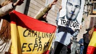«La Catalogne est l'Espagne» peut-on lire sur un panneau à côté d'une image défigurée du Premier ministre espagnol Pedro Sanchez avec le mot «traître» à Barcelone, 12 janvier 2020.