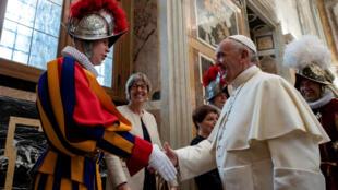 Папа римский Франциск пожимает руку гвардейцу накануне принесения присяги, 5 мая 2018 г.