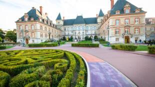 La Maison Internationale située à l'entrée de la Cité Internationale Universitaire de Paris abrite de nombreux espaces collectifs parmi lesquels un restaurant, une piscine, une bibliothèque…