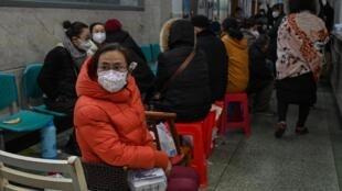 Người dân Vũ Hán xếp hàng chờ được xét nghiệm virus corona ở bệnh viện Chữ Thập Đỏ, Trung Quốc, ngày 25/01/2020.