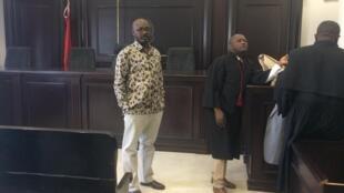 O jornalista Rafael Marques na sala do tribunal, aguardando a chegada dos juízes na segunda-feira, 19 de Março de 2018.
