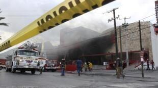Bombeiros demoraram quatro horas para controlar o fogo no cassino.