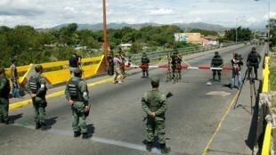 Binh sĩ hai nước Venezuela và Colombia đối mặt nhau trên chiếc cầu biên giới Simon Bolivar quốc tế, ngày 20/08/2015.