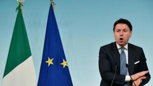 Giuseppe Conte habla durante una rueda de prensa que dio el 4 de marzo de 2020 en Roma, tras una reunión del gobierno italiano sobre la crisis del coronavirus