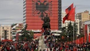 Place principale de Tirana, lors de la célébration du 100e anniversaire de l'indépendance de l'Albanie, le 28 novembre 2012.