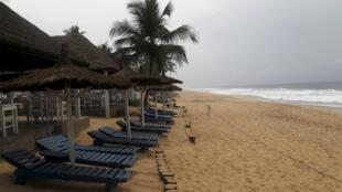 Plage de la station balnéaire de Grand-Bassam en Côte d'Ivoire.