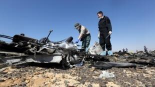 2015年11月1日俄軍調查人員抵達西奈半島墜機現場展開調查。