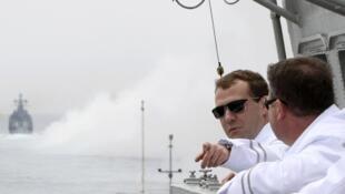 Российский президент Дмитрий Медведев и министр обороны РФ Анатолий Сердюков