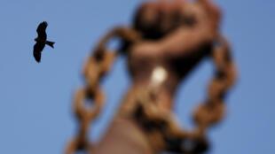 Tượng đài giải phóng nô lệ tại Senegal.