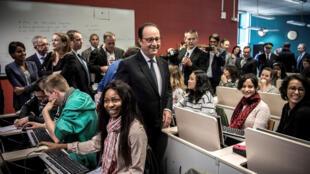 (Ảnh minh họa) - Tổng thống Pháp Francois Hollande (giữa) đi thăm các sinh viên hôm khai trương mạng lưới Grande Ecole du Numérique tại Kremlin-Bicetre, gần Paris, ngày 03/10/2016.
