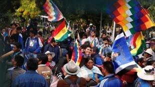 Les partisans du MAS rassemblés autour du Tribunal suprême électoral le 3 février 2020.