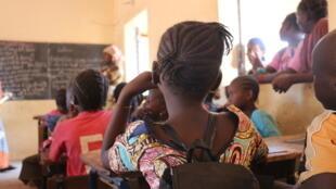 A l'école d'accueil d'Aminata et de Yacouba, deux enfants déplacés de la crise sécuritaire. Leur école d'origine a fermé sous menace jihadiste.