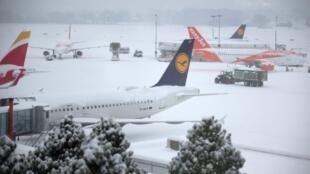 O aeroporto de Genebra passou a manhã fechado por conta da nevasca.