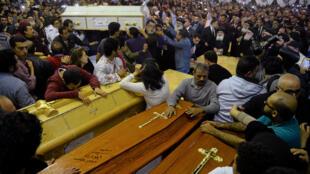 Famílias enterram vítimas no Egito depois de atentados a igrejas coptas