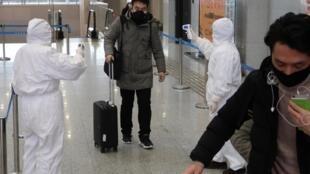 کارمندان مترو با لباسهای ویژه دمای بدن مسافران را اندازهگیری میکنند. جمعه ٤ بهمن/ ٢٤ ژانویه ٢٠٢٠