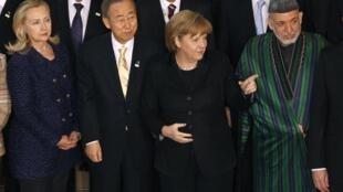 Hillary Clinton, secretária de Estado dos EUA, Ban Ki-moon, secretário-geral da ONU, Angela Merkel, chanceler alemã, e o presidente afegão, Hamid Karzai, durante conferência em Bonn.