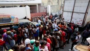 Distribution de nourriture à Port-au-Prince dans le cadre d'un programme gouvernemental, le 6 avril 2020.