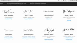 Business Roundtable ra tuyên bố từ bỏ nguyên tắc cổ đông là trên hết ngày 19/08/2019. Trong ảnh là chữ ký một số lãnh đạo tập đoàn Mỹ, trong đó có ông chủ Amazon Jeffrey P. Bezos.