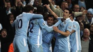 Wachezaji wa Manchester City wakisherekea bao