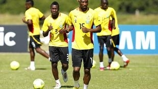 Ghana's Isaac Vorsah (C) and Asamoah Gyan (2nd L) are training ahead of their match against Niger, 26 January