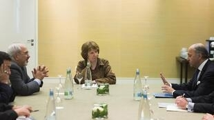French Foreign Affairs Minister Laurent Fabius (R), EU foreign policy chief Catherine Ashton (C) and Iran's FM Mohammad Javad Zarif (L) in Geneva
