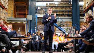 Le président français Emmanuel Macron s'exprime lors d'une table ronde avec des représentants et des bénéficiaires des Ateliers Sans Frontières de Bonneuil-sur-Marne, le 10/09/2019.