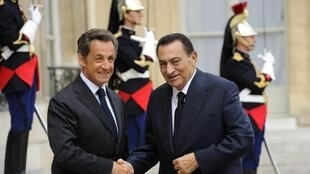 Former Egyptian President Hosni Mubarak (R) meets his French counterpart, Nicolas Sarkozy, in Paris in August 2010