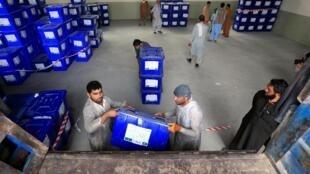 À deux jours de l'élection présidentielle afghane, le matériel électoral est préparé pour être transporté à Jalalabad.