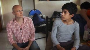 O jornalista Fredrik Önnevall e o refugiado sírio Abed