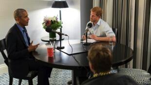 Photo diffusée par Kensington Palace le 17 décembre 2017 du prince Harry qui interviewe l'ex-président américain Barack Obama