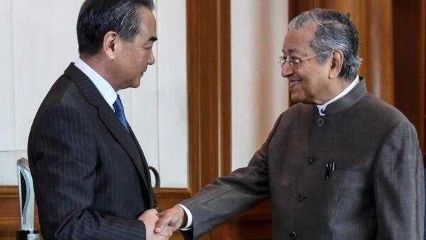 Ảnh minh họa : Thủ tướng Malaysia Mahathir Mohamad (P) tiếp ngoại trưởng Trung Quốc Vương Nghi tại Putrajaya, Malaysia, ngày 1/08/2018.