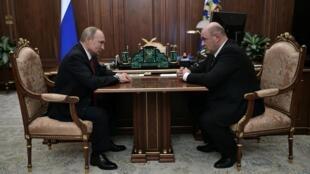 Tổng thống Nga Vladimir Putin họp với ông Mikhail Mishustin (p), lãnh đạo ngành Thuế Vụ Nga được đề cử làm thủ tướng. Ảnh chụp ngày 15/01/2020 tại Mátxcơva (Nga).
