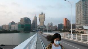 Les mesures de confinement concernent près d'un habitant de la planète sur deux. Ici, une passante équipée d'un masque, à Macau, en Chine, le 24 mars.