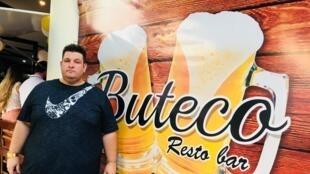 """Oseias Franco Pietro Ferreira abriu há dois anoso """"Buteco"""", que se tornou um dos bares mais concorridos em Santa Cruz."""