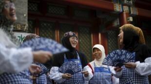 Phụ nữ Hồi giáo trước một đền thờ ở Bắc Kinh cuối ngày đầu lễ chay tịnh Ramadan.  Ảnh ngày 18/06/2015..