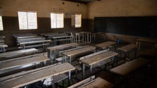 Une salle de classe vide d'une école de Ouagadougou, le 16 mars 2020. Le coronavirus a mis les écoliers burkinabè en vacances forcées.