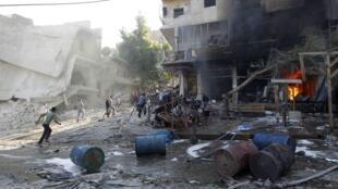 Des habitants fuient les lieux d'un raid aérien dans un quartier d'Alep, le 1er mai 2014.