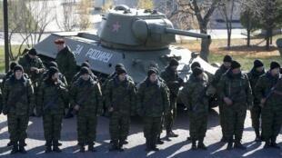 Rebeldes separatistas do leste da Ucrânia diante de um tanque russo, em Donetsk, no dia 25 de outubro.